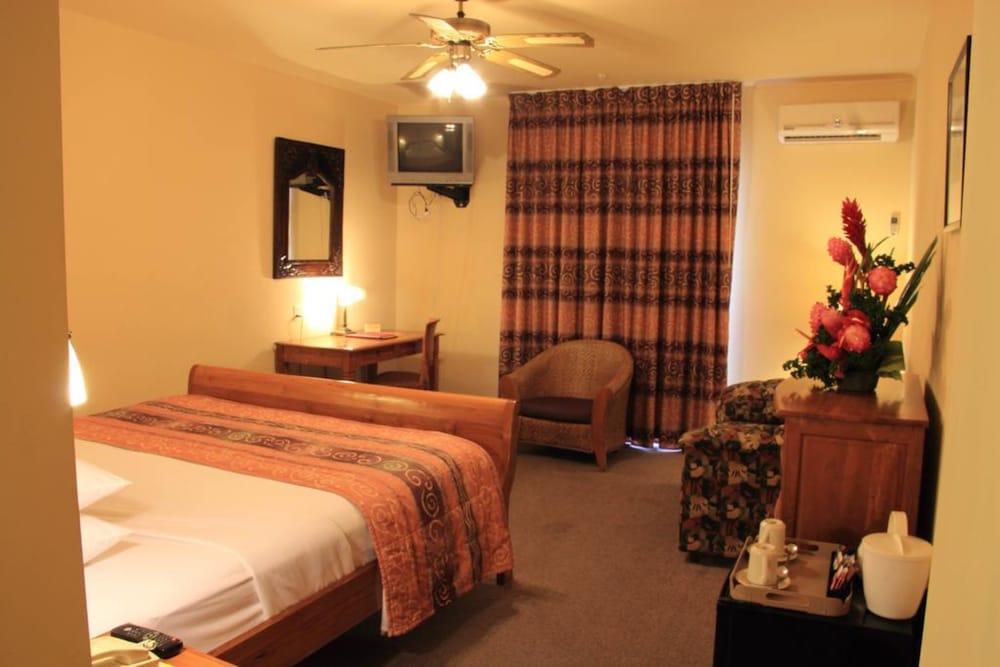 https://i.travelapi.com/hotels/1000000/920000/915800/915770/2eaf4bcc_z.jpg