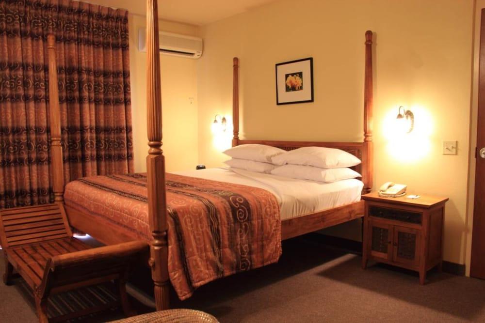 https://i.travelapi.com/hotels/1000000/920000/915800/915770/4aef0f6b_z.jpg