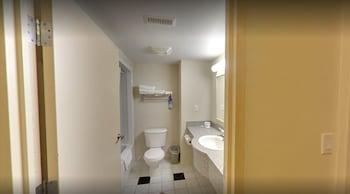 Days Inn & Suites by Wyndham Niagara Falls Centre St. By the Falls - Bathroom  - #0