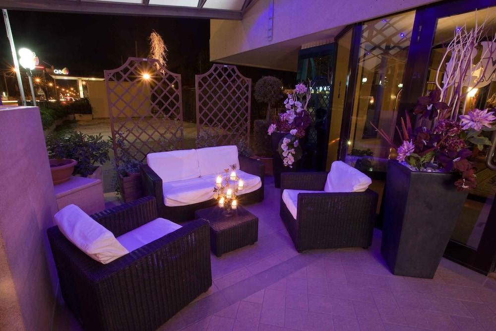 호텔 두에 마리(Hotel Due Mari) Hotel Image 84 - Exterior detail