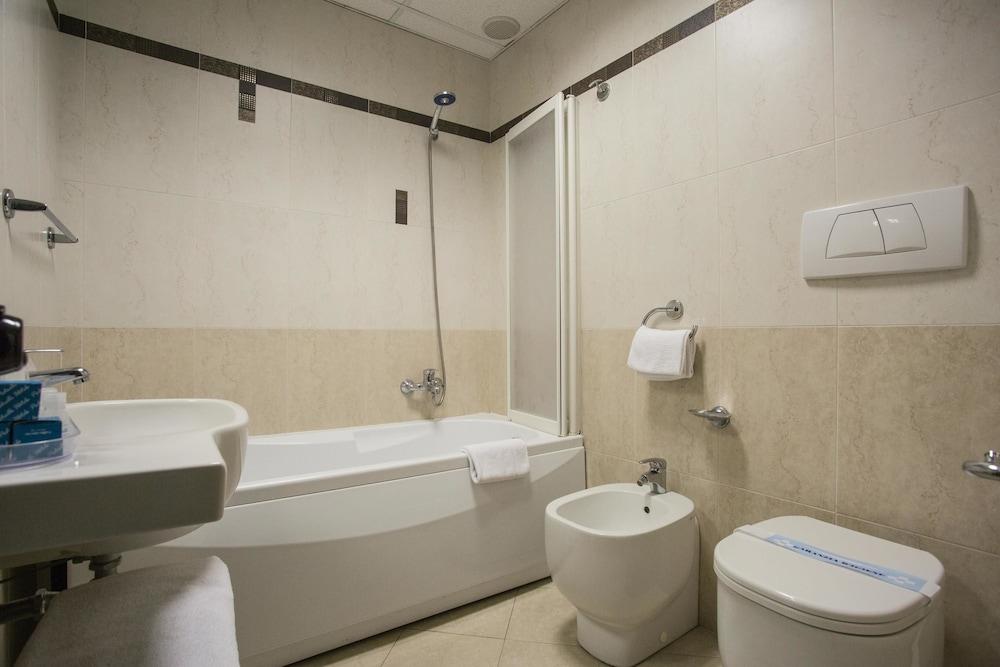호텔 두에 마리(Hotel Due Mari) Hotel Image 51 - Bathroom