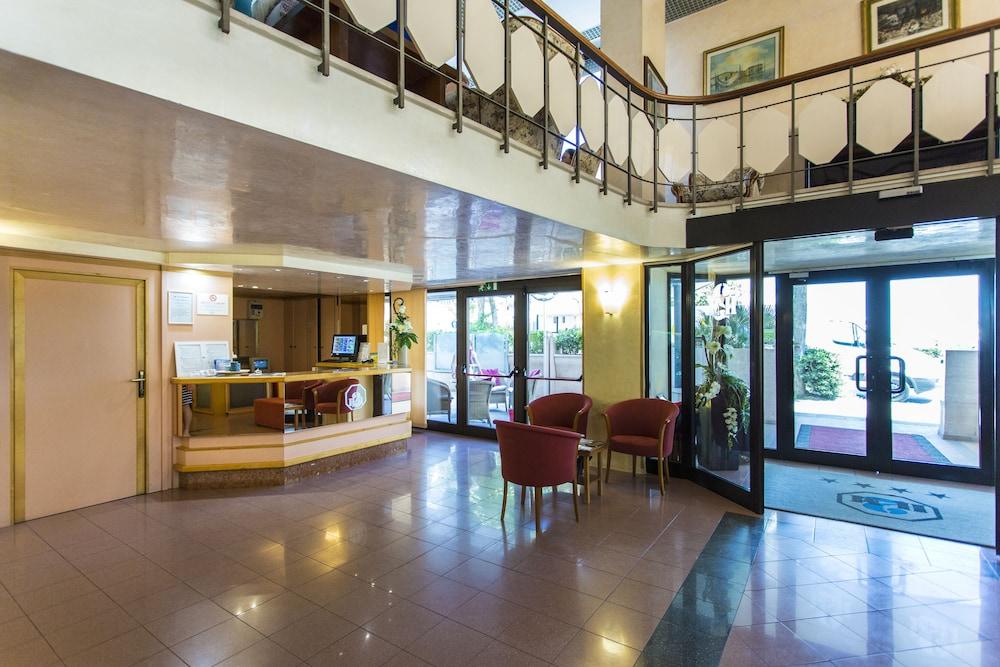 호텔 두에 마리(Hotel Due Mari) Hotel Image 8 - Concierge Desk