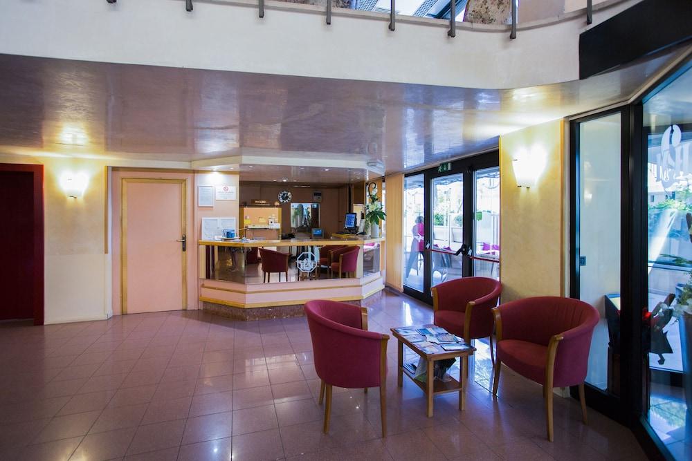 호텔 두에 마리(Hotel Due Mari) Hotel Image 9 - Concierge Desk