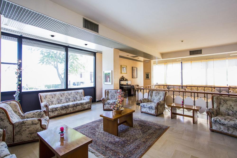 호텔 두에 마리(Hotel Due Mari) Hotel Image 1 - Lobby Sitting Area