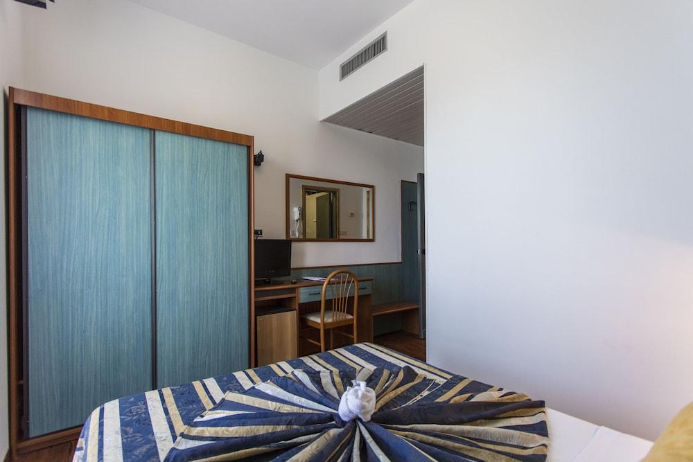호텔 두에 마리(Hotel Due Mari) Hotel Image 26 - Guestroom