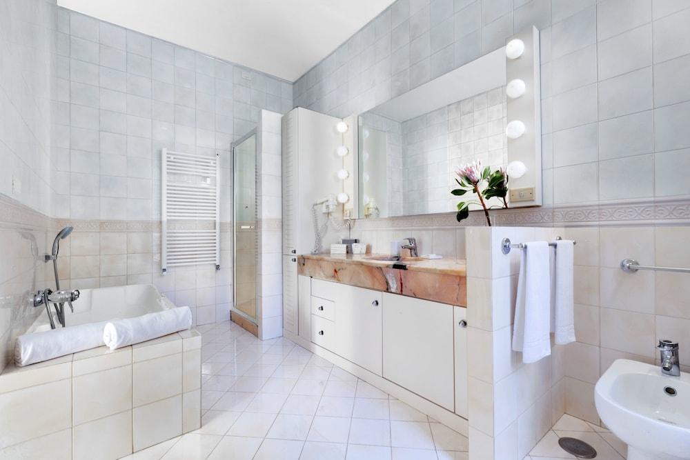 빌라 오리아나 릴레(Villa Oriana Relais) Hotel Image 32 - Bathroom