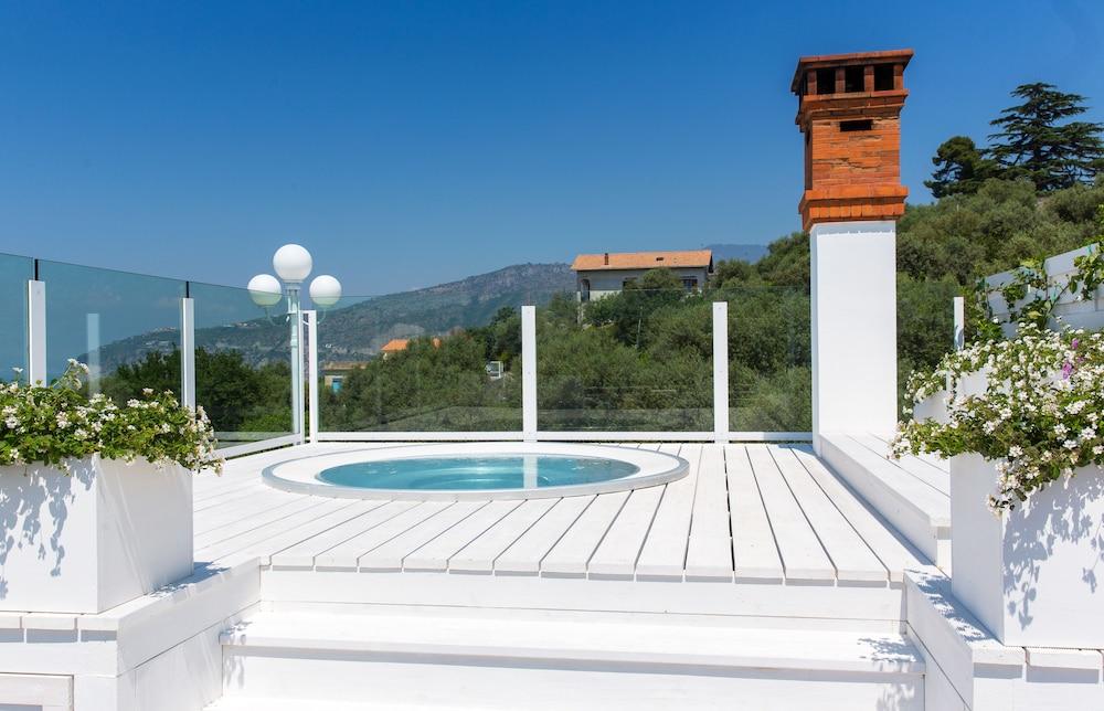 빌라 오리아나 릴레(Villa Oriana Relais) Hotel Image 40 - Outdoor Spa Tub