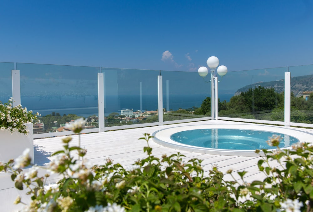 빌라 오리아나 릴레(Villa Oriana Relais) Hotel Image 41 - Outdoor Spa Tub