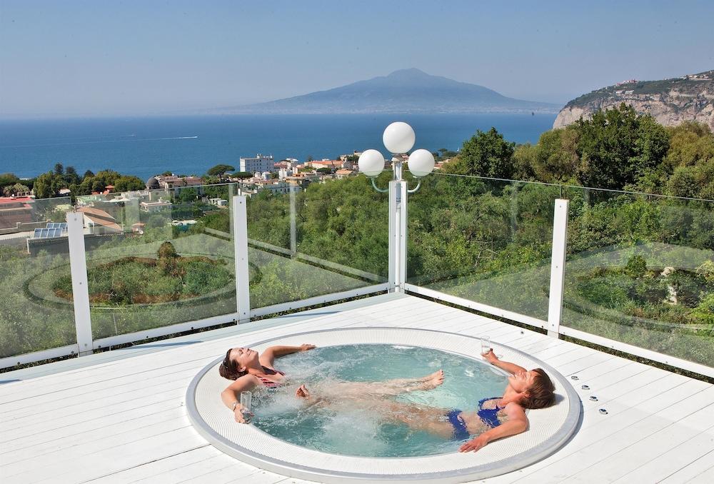 빌라 오리아나 릴레(Villa Oriana Relais) Hotel Image 43 - Outdoor Spa Tub
