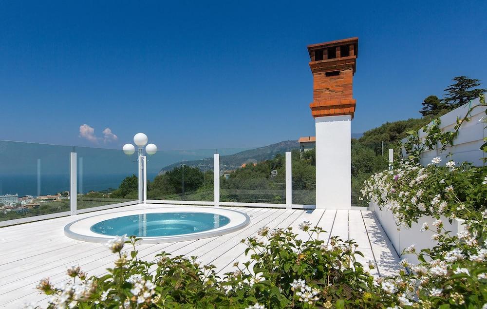 빌라 오리아나 릴레(Villa Oriana Relais) Hotel Image 44 - Outdoor Spa Tub