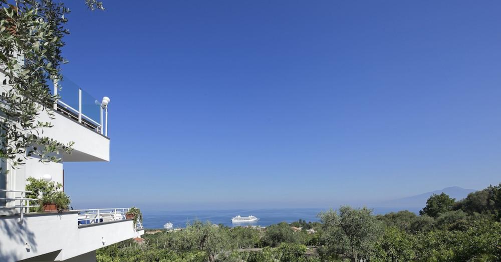 빌라 오리아나 릴레(Villa Oriana Relais) Hotel Image 1 - View from Hotel