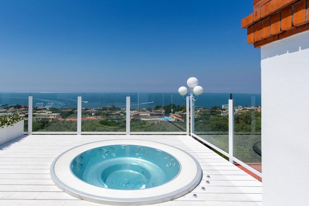 빌라 오리아나 릴레(Villa Oriana Relais) Hotel Image 42 - Outdoor Spa Tub