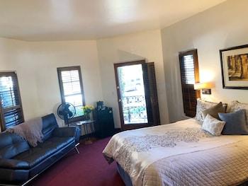 Room, 1 Queen Bed, Balcony, Partial Ocean View