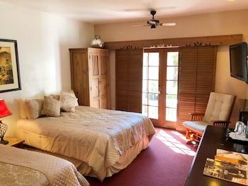 Room, 2 Queen Beds, Bathtub, Poolside