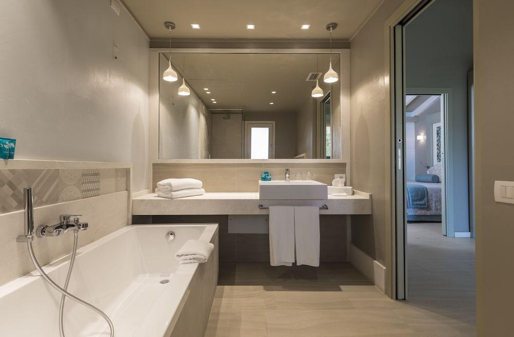 포르테 빌리지 리조트 - 르 팔메(Forte Village Resort – Le Palme) Hotel Image 6 - Bathroom