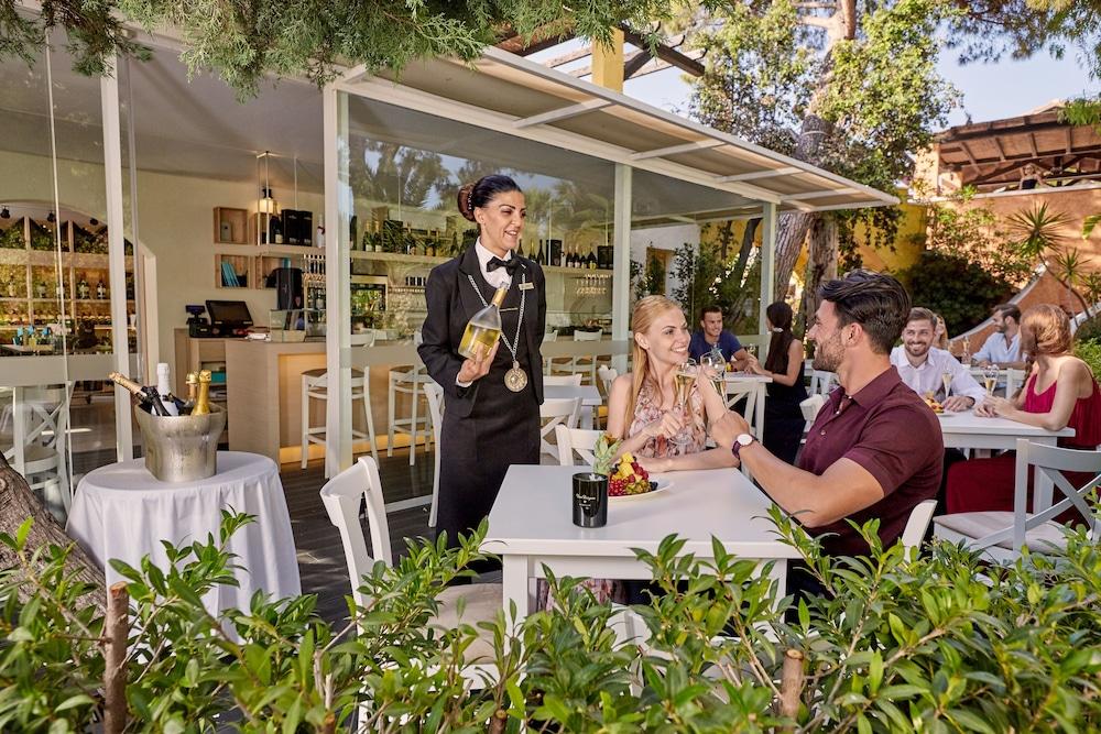 포르테 빌리지 리조트 - 르 팔메(Forte Village Resort – Le Palme) Hotel Image 29 - Hotel Bar