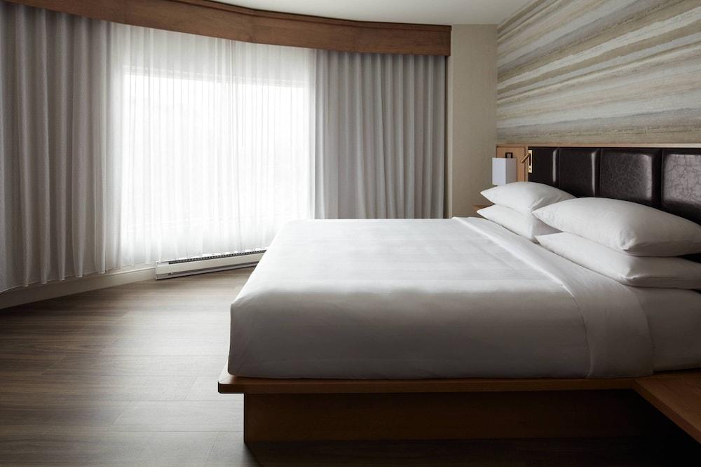 https://i.travelapi.com/hotels/1000000/930000/920400/920320/33ede230_z.jpg