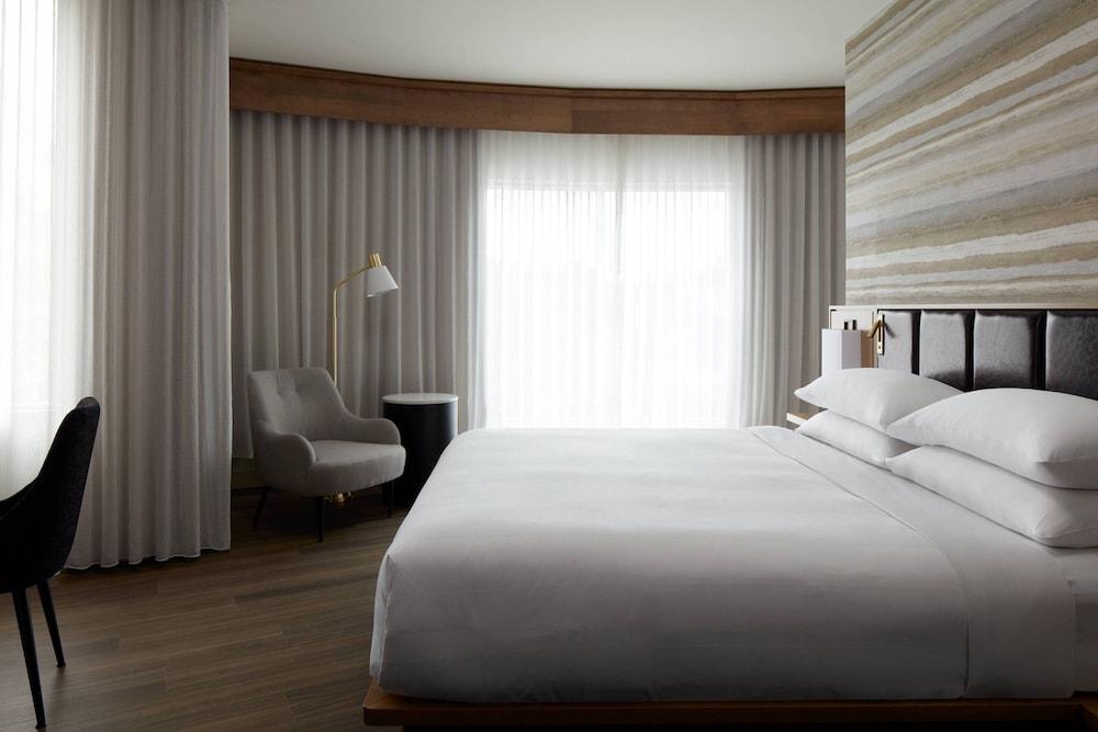 https://i.travelapi.com/hotels/1000000/930000/920400/920320/ca7df7ee_z.jpg