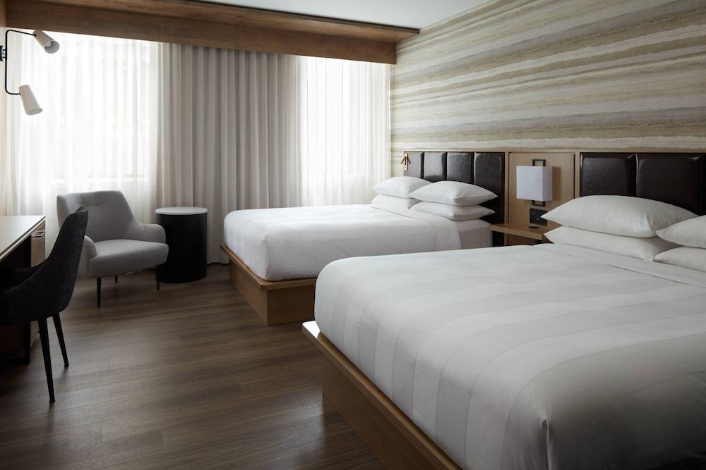 https://i.travelapi.com/hotels/1000000/930000/920400/920320/dcaa05c3_z.jpg