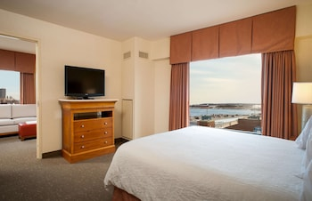1 Bedroom Deluxe Suite, 1 King Bed with Sofa bed, Water View