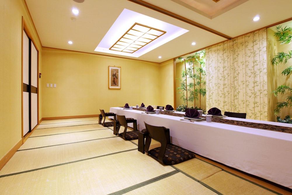 라마다 플라자 제주 오션 프론트(Ramada Plaza Jeju Ocean Front) Hotel Image 81 - Restaurant