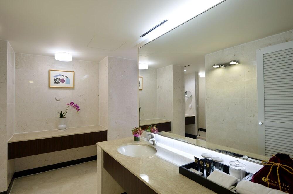 라마다 플라자 제주 오션 프론트(Ramada Plaza Jeju Ocean Front) Hotel Image 65 - Bathroom Sink