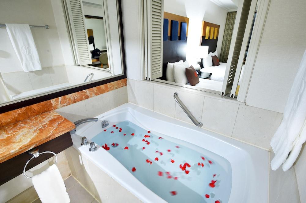 라마다 플라자 제주 오션 프론트(Ramada Plaza Jeju Ocean Front) Hotel Image 56 - Bathroom