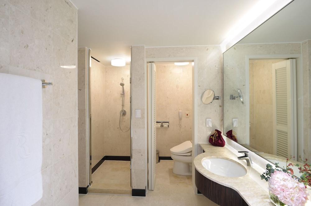 라마다 플라자 제주 오션 프론트(Ramada Plaza Jeju Ocean Front) Hotel Image 61 - Bathroom