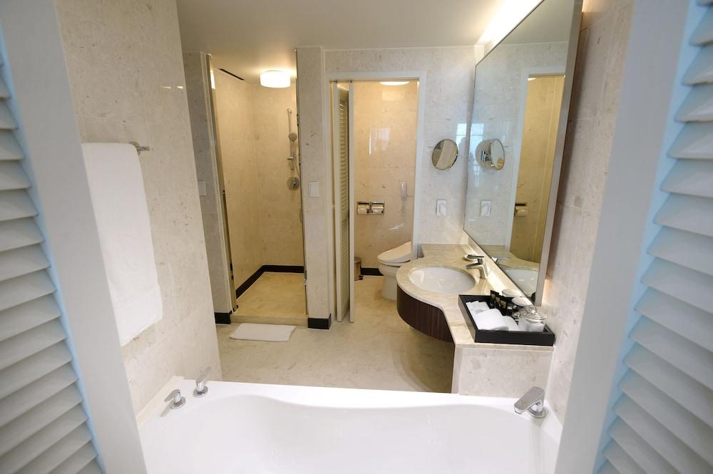 라마다 플라자 제주 오션 프론트(Ramada Plaza Jeju Ocean Front) Hotel Image 141 - Bathroom
