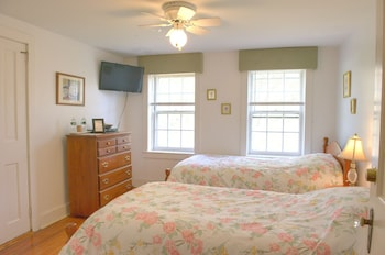 Superior Twin Room, Shared Bathroom (C7 Carriage House -2 Twin)