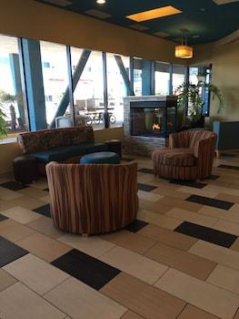 Lobby Sitting Area at Best Western Plus Sandcastle Beachfront Hotel in Virginia Beach