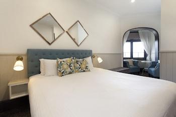 Luxury Room 1 King Bed Bathtub