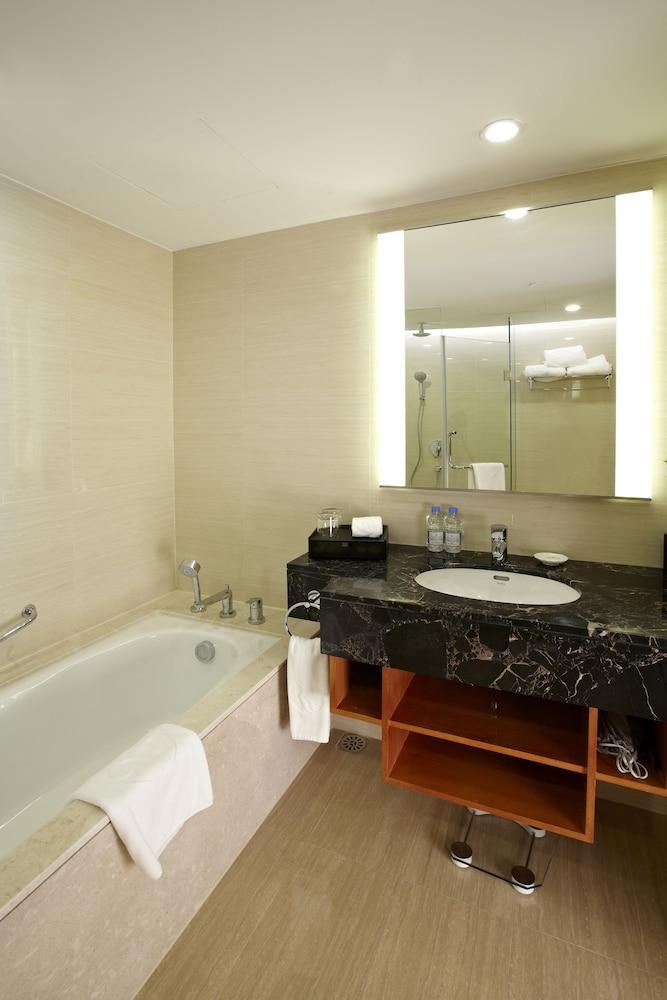 라마다 플라자 상하이 푸동 에어포트(Ramada Plaza Shanghai Pudong Airport) Hotel Image 19 - Bathroom