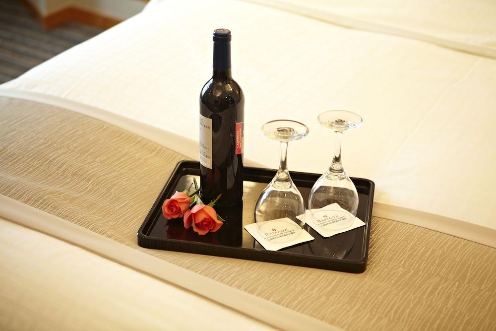 라마다 플라자 상하이 푸동 에어포트(Ramada Plaza Shanghai Pudong Airport) Hotel Image 9 - Guestroom