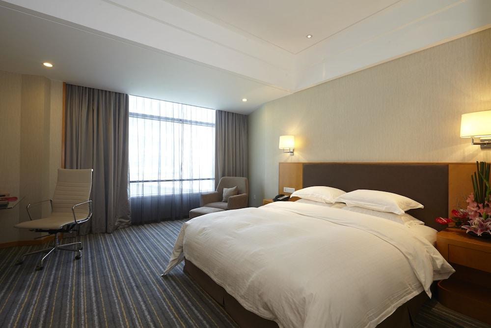 라마다 플라자 상하이 푸동 에어포트(Ramada Plaza Shanghai Pudong Airport) Hotel Image 34 - Guestroom