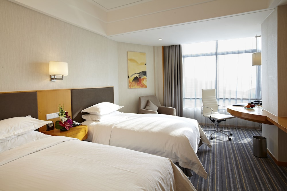 라마다 플라자 상하이 푸동 에어포트(Ramada Plaza Shanghai Pudong Airport) Hotel Image 11 - Guestroom