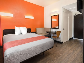 Standard Room, 1 Queen Bed (Accessible, Roll-In Shower)