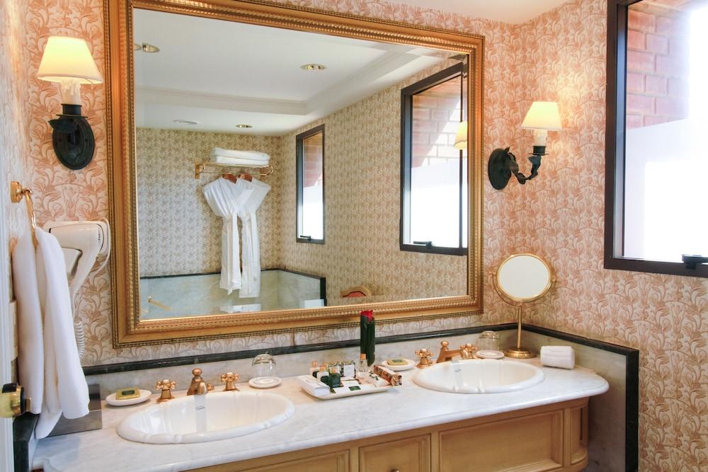 https://i.travelapi.com/hotels/1000000/980000/979400/979370/2ce2e03a_z.jpg