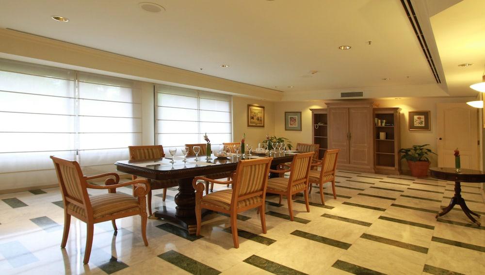 https://i.travelapi.com/hotels/1000000/980000/979400/979370/7be794b6_z.jpg