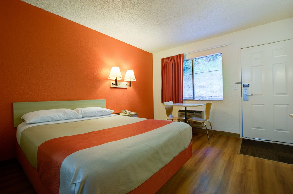 Premium Room, 1 Queen Bed, Non Smoking, Refrigerator & Microwave