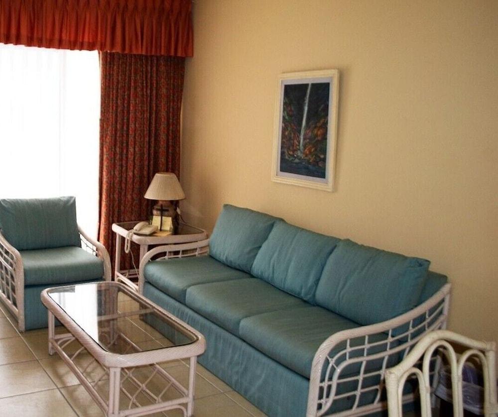 https://i.travelapi.com/hotels/1000000/990000/981100/981024/1ac5bee9_z.jpg