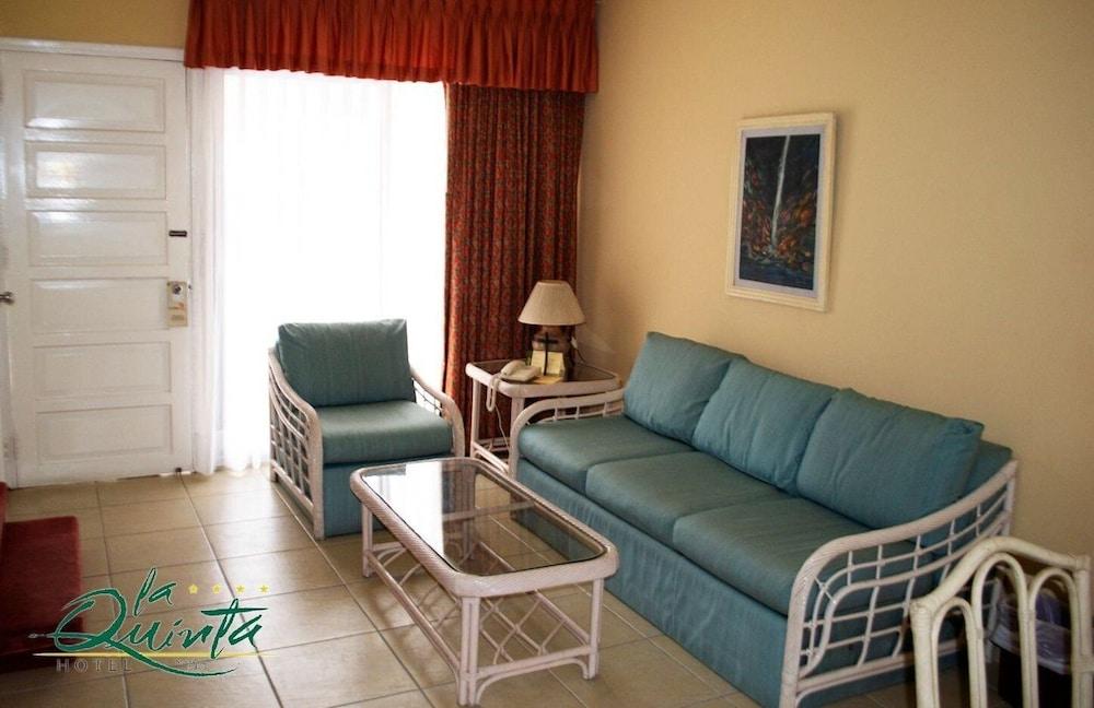 https://i.travelapi.com/hotels/1000000/990000/981100/981024/4bdab38a_z.jpg