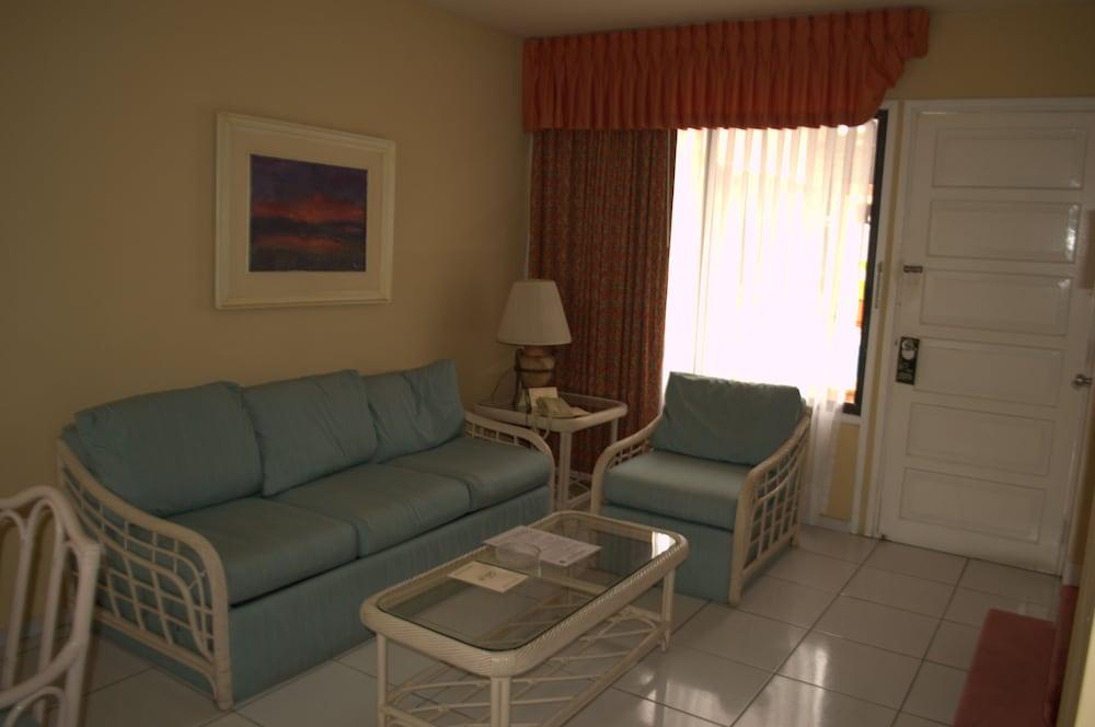 https://i.travelapi.com/hotels/1000000/990000/981100/981024/c92e0a54_z.jpg