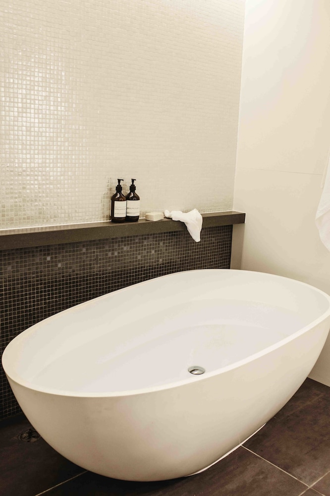 https://i.travelapi.com/hotels/1000000/990000/984700/984689/3c623754_z.jpg