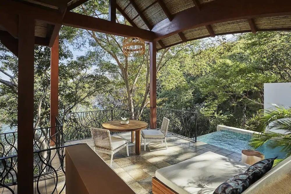 https://i.travelapi.com/hotels/1000000/990000/985000/984916/17bfbbe8_z.jpg