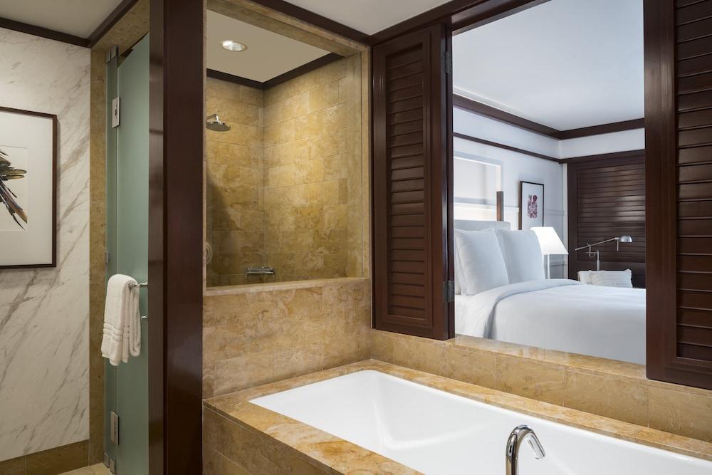 https://i.travelapi.com/hotels/1000000/990000/985000/984916/571b2fe9_z.jpg