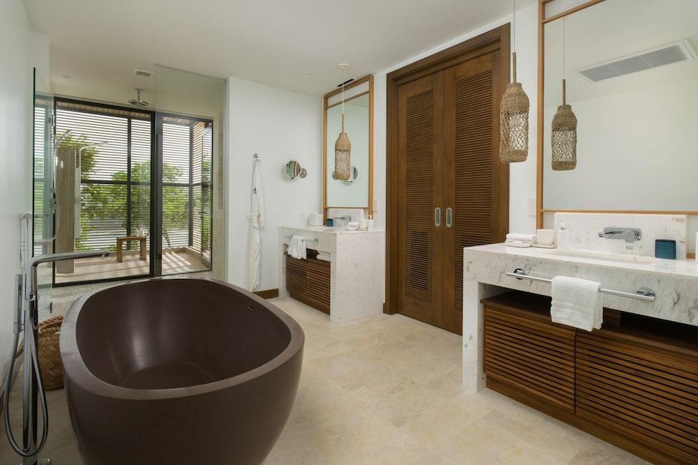 https://i.travelapi.com/hotels/1000000/990000/985000/984916/66309337_z.jpg