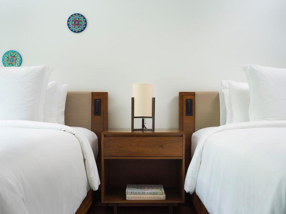 https://i.travelapi.com/hotels/1000000/990000/985000/984916/77735f46_z.jpg