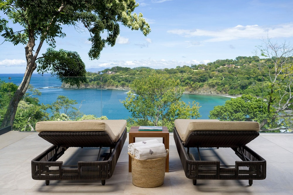 https://i.travelapi.com/hotels/1000000/990000/985000/984916/ac82b6a9_z.jpg