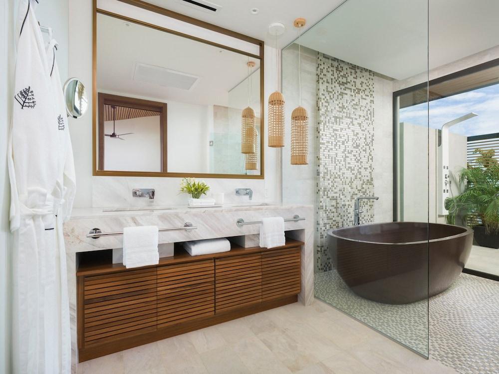 https://i.travelapi.com/hotels/1000000/990000/985000/984916/ba1280f7_z.jpg